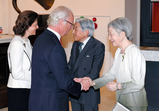 日本天皇皇后与瑞典国王王后共同鉴赏建交150周年展示
