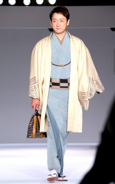 日本演员山本耕史现身和服秀 谈及妻子堀北真希浴衣姿态害羞不语 ... ...