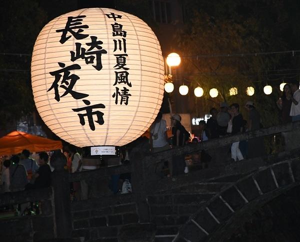 日本长崎夜市惊现2米高的大灯笼