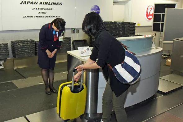 成田机场员工搬行李的视频火了!和很多发达国家相比,日本更可怕 ...