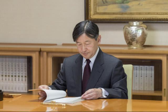 """日本新天皇上班第一天办公画面曝光:""""菊之间""""的陈设让人惊讶……"""