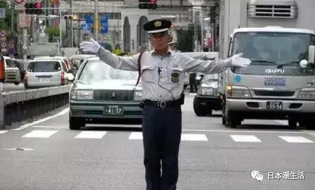 当在日华人开车撞到日本老太太后,他会面临什么...