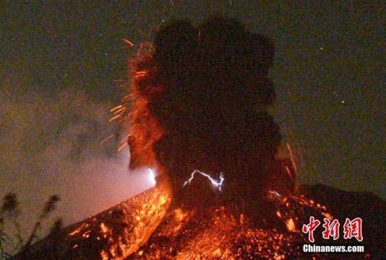 日本樱岛火山发生大规模喷发 喷烟窜升高达2800米