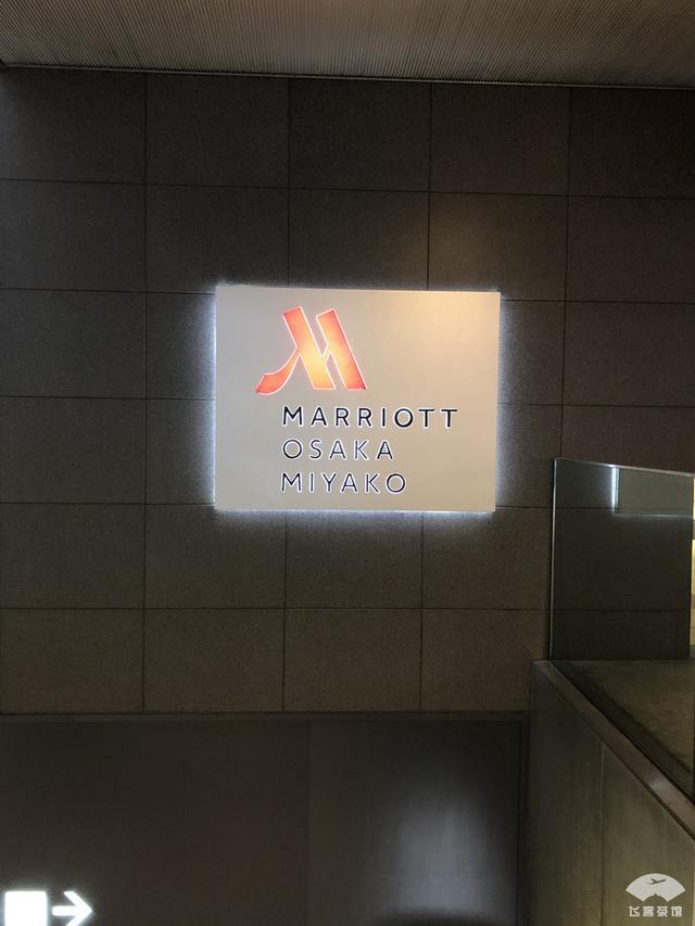 中国小伙入住日本最高的五星酒店,对比来看,这服务态度不得不服