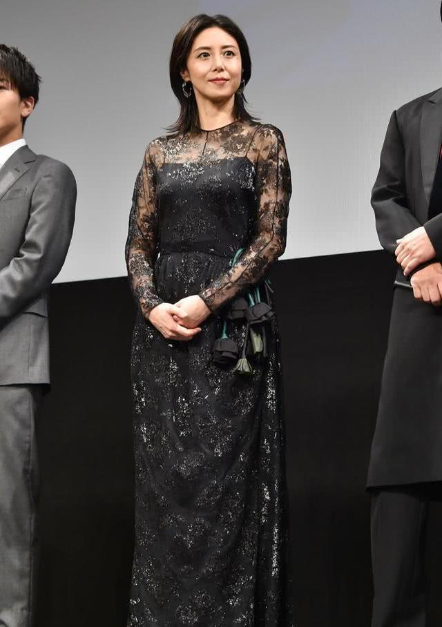 46岁松岛菜菜子优雅亮相,体型20年不变让人服气,无惧眼纹很从容 ...