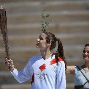 """奥运圣火抵达日本 安倍称要办一届""""完整""""奥运"""