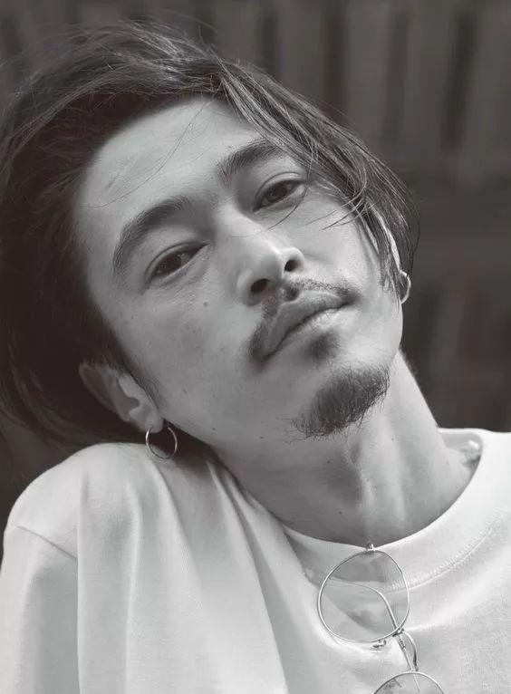 前妻是风俗女郎,爱子被疑不是亲生!这位日本最年轻的影帝,却活得比谁都通透…