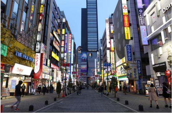 东京解禁后日增病例首次过百 政府不排除再次宣布紧急状态