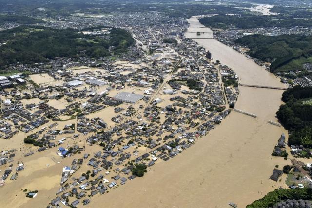日本爆发特大洪灾 房屋被淹有人在屋顶避险空地上画SOS