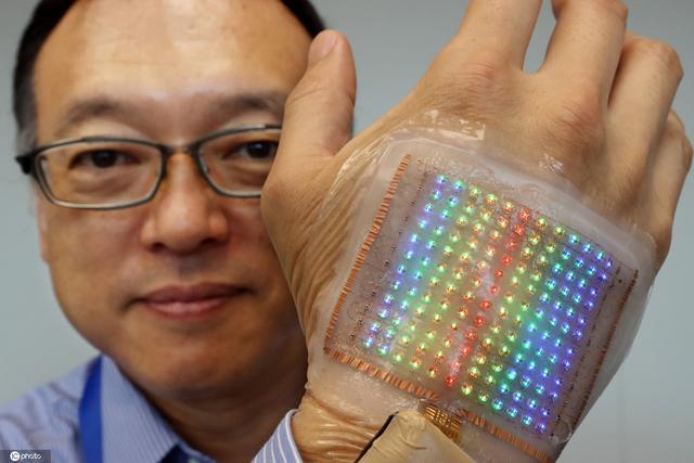 厚度仅2毫米!日本研发出彩色显示屏可贴皮肤