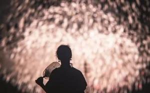 9年的时间他终于给妻子拍出最美的雨中烟花!网友:别人家的老公 ... ...