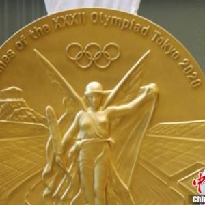 """日本东京一座大厦内挂出巨大""""奥运金牌"""""""